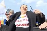 Cronici pe bune Mai mulţi români acuză stări de vomă şi tulburări de vedere după ce au văzut-o pe Şoşoacă dansând