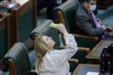 Madam Şoşoacă stă pe un butoi de pulbere. Declară  că românii sunt nişte boi şi se vaită că va fi aruncată în aer