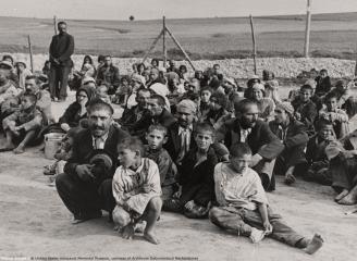 asul-de-trefla-iohannis-a-promulgat-legea-de-instituire-pe-2-august-a-zilei-nationale-de-comemorare-a-holocaustului-impotriva-romilor-48166-1.jpg