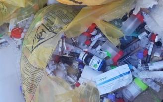 de-euri-medicale-abandonate-langa-un-rau-de-o-firma-care-se-ocupa-de-colectarea-lor-47485-1.jpg