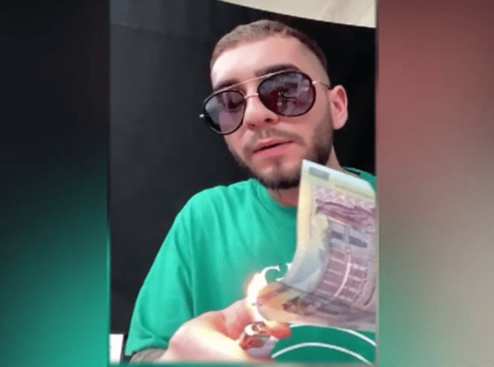 """Ratatul din familia  Clejanilor! Drogatul  Fulgy, arde bancnote în direct. """"Am bani de vă îngrop""""."""